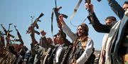 Personer lojala med Huthirebellerna håller i december upp sina vapen för att visa sitt stöd för fredsförhandlingarna i Sverige. Hani Mohammed / TT NYHETSBYRÅN/ NTB Scanpix