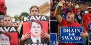 Kvinnor protesterar mot Kavanaugh/Trumpanhängare. TT