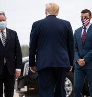 Donald Trump med bland andra Lee Chatfield. Alex Brandon / TT NYHETSBYRÅN