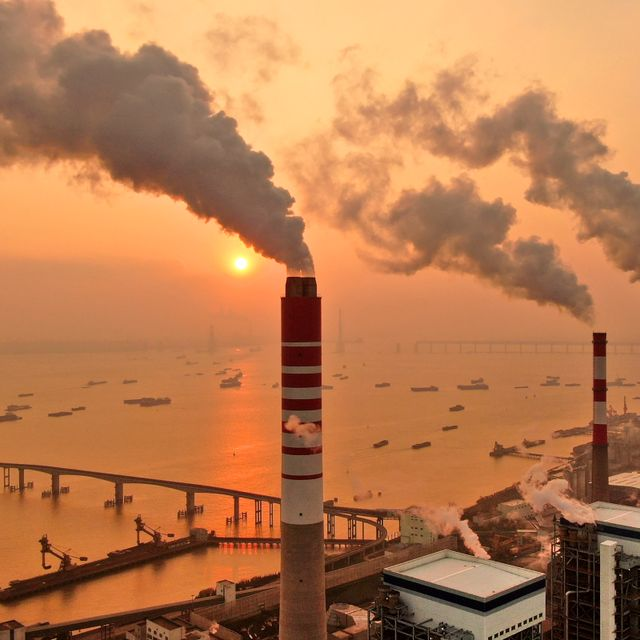 The sun sets near a coal-fired power plant on the Yangtze River in Nantong in eastern China's Jiangsu province on Dec. 12, 2018. Chinese power companies bid for credits to emit carbon dioxide and other climate-changing gases as trading on the first national carbon exchange began Friday, July 16, 2021 in a step meant to help curb worsening pollution. TT NYHETSBYRÅN