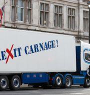 Lastbilar målade med kritiska budskap protesterade utanför 10 Downing Street i London.  Alastair Grant / TT NYHETSBYRÅN