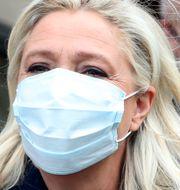 Nationell Samlings partiledare Marine Le Pen i munskydd/Arkivbild Thibault Camus / TT NYHETSBYRÅN