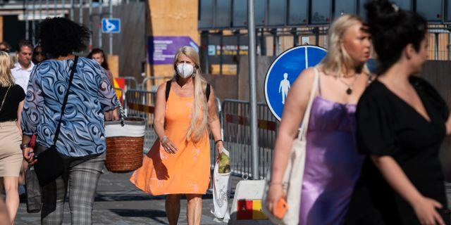 Kvinna med munskydd på Södermalm i Stockholm. Stina Stjernkvist/TT / TT NYHETSBYRÅN