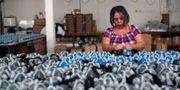 Arkivbild: Skyddsmasktillverkning i Destra Brasils fabrik i Sao Paolo AMANDA PEROBELLI / TT NYHETSBYRÅN