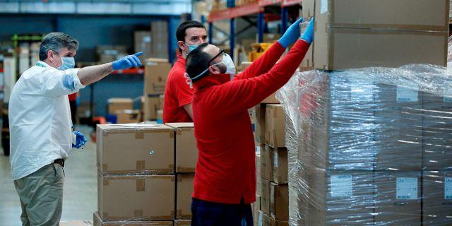 Lagerarbetare i Valencia tar emot material från Kina. MANUEL BRUQUE / TT NYHETSBYRÅN