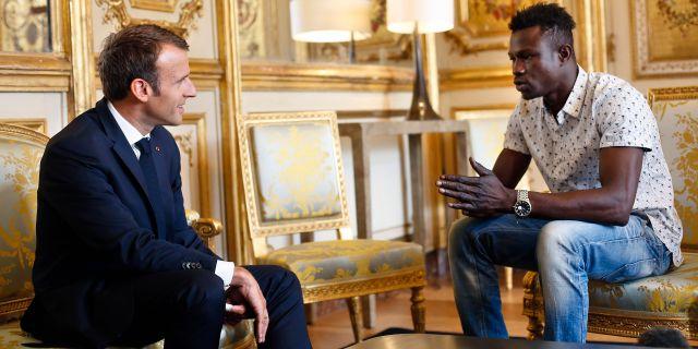 Emmanuel Macron och Mamoudou Gassama. Thibault Camus / TT / NTB Scanpix