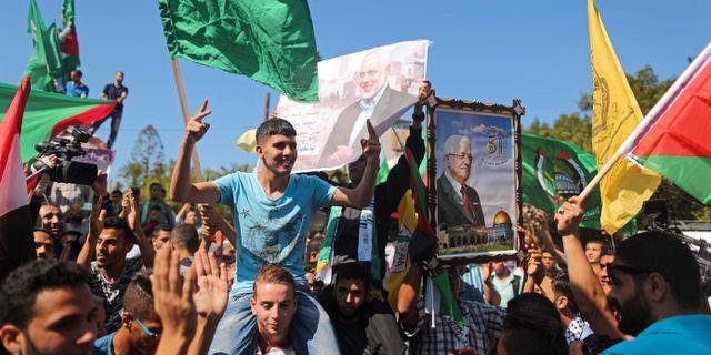 Palestinier i Gaza City efter nyheten om uppgörelsen mellan al-Fatah och Hamas. MAHMUD HAMS / AFP