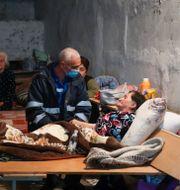 Vårdpersonal besöker ett skyddsrum i Stepanakert. TT NYHETSBYRÅN
