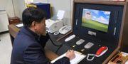Arkivbild från januari, 2018. En sydkoreansk regeringstjänsteman kommunicerar med en nordkoreansk tjänsteman genom heta linjen.   / TT / NTB Scanpix
