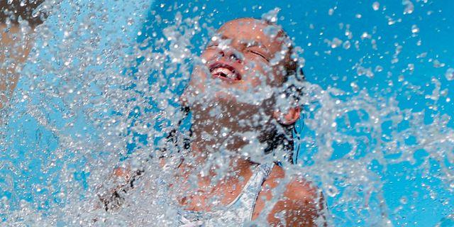 Flicka som badar. Keith Srakocic / TT NYHETSBYRÅN