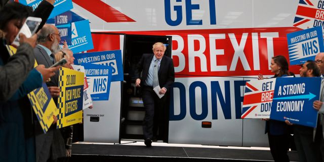 Boris Johnson och Tory-supportrar. Frank Augstein / TT NYHETSBYRÅN