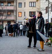Tända ljus i Dalens Centrum där det hölls en minnsstund för artisten Einár som sköts till döds i Hammarby sjöstad på torsdagen. Sandra Eriksson tog initiativ till minnesstunden. Christine Olsson / TT NYHETSBYRÅN