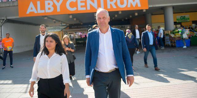 Nooshi Dadgostar med V:s nuvarande partiledare Jonas Sjöstedt. Arkivbild. Maja Suslin/TT / TT NYHETSBYRÅN