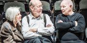 """Lars Norén (th) sätter upp """"Stilla liv"""" på Dramaten, Elverket. Här tillsammans med skådespelarna Inga Landgré och Sten Ljunggren. Bild från 2017. Tomas Oneborg/SvD/TT / TT NYHETSBYRÅN"""