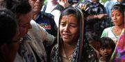 Storbritanniens FN-ambassadör Karen Pierce tröstar en 12-årig rohingya-flicka i flyktinglägret Cox's Bazar i Bangladesh. Bilden är tagen den 29 april.  MICHELLE NICHOLS / TT NYHETSBYRÅN