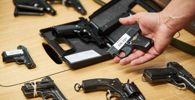 Arkivbild: En polis visar upp några av de vapen som lämnades in vid vapenamnestin 2018 Andreas Hillergren / TT NYHETSBYRÅN