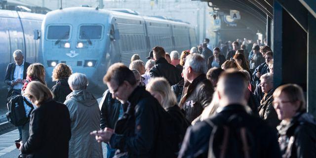 Passagerare väntar på perrongen efter tågförseningar. Arkivbild. Johan Nilsson/TT / TT NYHETSBYRÅN
