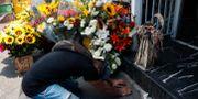 En man ber vid ett altare tillägnat Santa Muerte i Mexico City.  Rebecca Blackwell / TT NYHETSBYRÅN