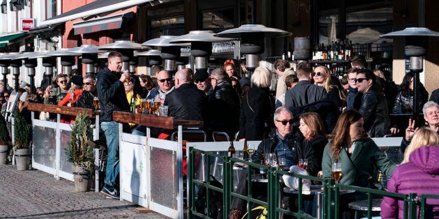 Välfyllda uteserveringar på Lilla torg i Malmö den 21 mars. Johan Nilsson/TT / TT NYHETSBYRÅN