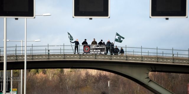 Nazistiska Nordiska motståndsrörelsen demonstrerar på en bro i Solna i november. Henrik Montgomery/TT / TT NYHETSBYRÅN