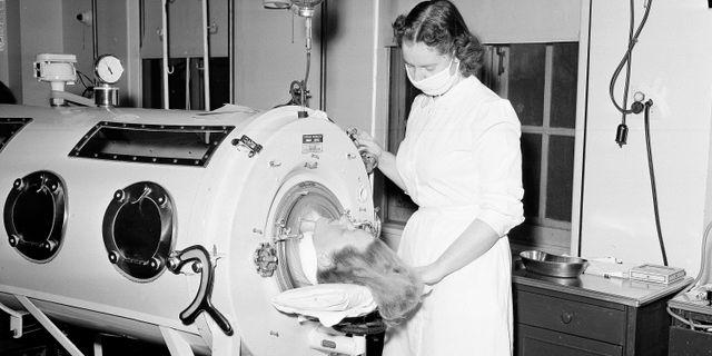 En patient vårdas i en järnlunga under polioutbrottet i USA år 1954. TT NYHETSBYRÅN