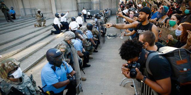 Poliserna knäböjer i USA. Matt Slocum / TT NYHETSBYRÅN