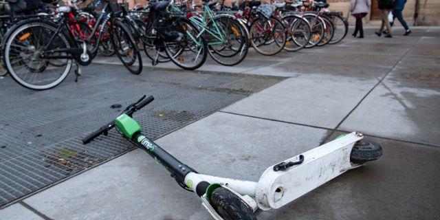 Ett problem är att sparkcyklarna ligger överallt menar S i Malmö. Johan Nilsson/TT / TT NYHETSBYRÅN