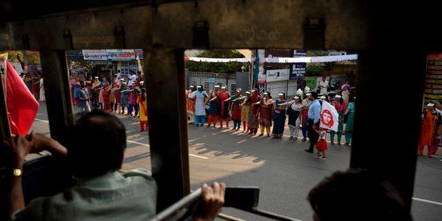 Kvinnor demonstrerar för kvinnors rättigheter utanför det heliga templet Sabarimala. R.S. Iyer / TT NYHETSBYRÅN/ NTB Scanpix