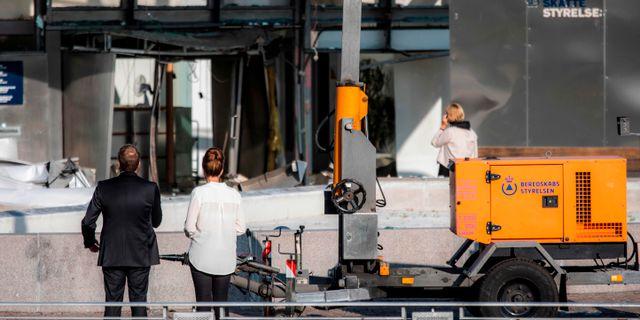 Anställda utanför den skadade myndighetsbyggnaden. OLAFUR STEINAR GESTSSON / Ritzau Scanpix