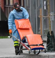 En sjukvårdare under pandemin/SVT:s huvudkontor i Stockholm och riksdagen. TT