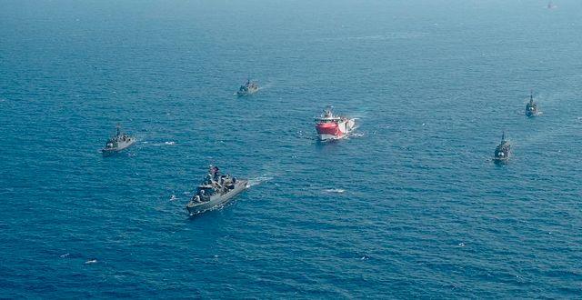 Oruç Reis i mitten, omgärdat av turkisk flotta. TT NYHETSBYRÅN
