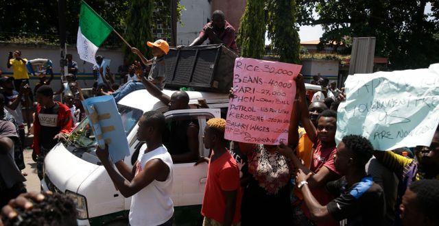 Protester i Lagos, Nigeria.  Sunday Alamba / TT NYHETSBYRÅN