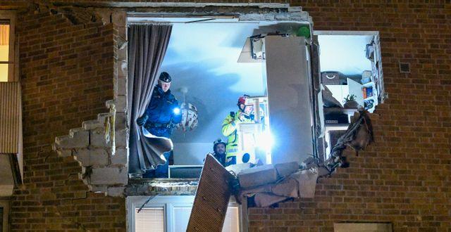 Explosionen slog upp ett stort hål i fasaden. Johan Nilsson/TT