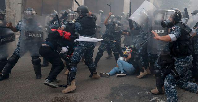 Sammandrabbning mellan polisen och demonstranter i Beirut. Hassan Ammar / TT NYHETSBYRÅN