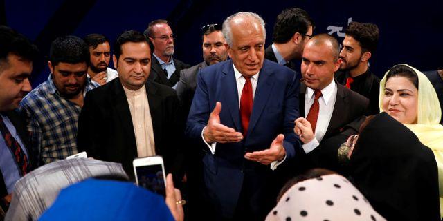Arkivbild. Det amerikanska sändebudet Zalmay Khalilzad pratar med afghanska invånare efter en debatt i Kabul.  OMAR SOBHANI / TT NYHETSBYRÅN