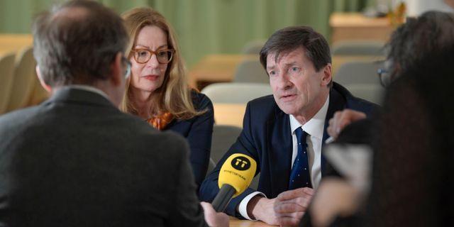 Swedbanks vd Birgitte Bonnesen och styrelseordförande Lars Idermark under en intervju på fredagen.  Janerik Henriksson/TT / TT NYHETSBYRÅN