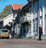 Polis på gatan där flera personer dödades i Kongsberg.  Terje Pedersen / TT NYHETSBYRÅN