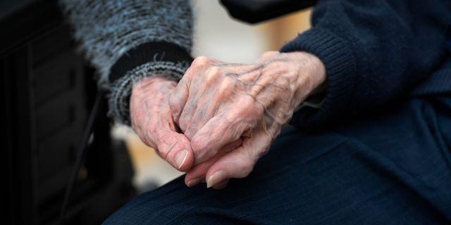 Ett äldre par håller varandra i hand.  Janerik Henriksson/TT / TT NYHETSBYRÅN