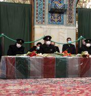 Människor ber intill Mohsen Fakhrizadehs kista.  TT NYHETSBYRÅN