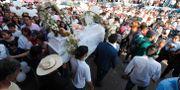 Sjuåriga Fátima Aldrighetts begravningsprocession passerade skolan där hon kidnappades. Marco Ugarte / TT NYHETSBYRÅN
