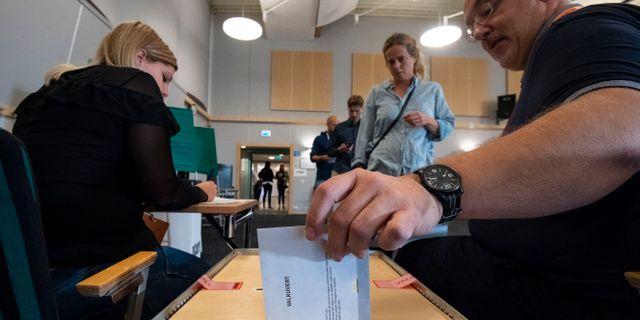 En väljare lägger sin röst. Johan Nilsson/TT / TT NYHETSBYRÅN