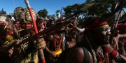 Män ur folkgruppen Pataxo protesterar i Brasiliens huvudstad. Eraldo Peres / TT NYHETSBYRÅN/ NTB Scanpix