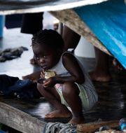 Ett barn i ett flyktingläger i Lajas Blancas i Panama den 29 augusti. Arnulfo Franco / TT NYHETSBYRÅN
