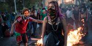 Demonstranter i Chiles huvudstad Santiago. Rodrigo Abd / TT NYHETSBYRÅN