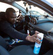 Lyft-föraren Adama Fofana gör vad han kan för att skydda sig mot coronaviruset, men säger att han behöver pengarna som körningar ger.  Joe Penney / TT NYHETSBYRÅN