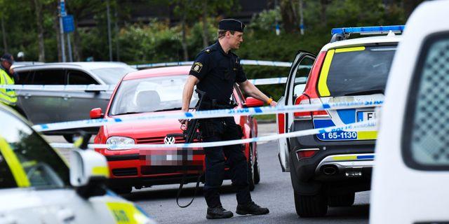 Poliser vid avspärrningar i det bostadsområdet där den avlidne mannen hittades med skottskador. Johan Nilsson/TT / TT NYHETSBYRÅN