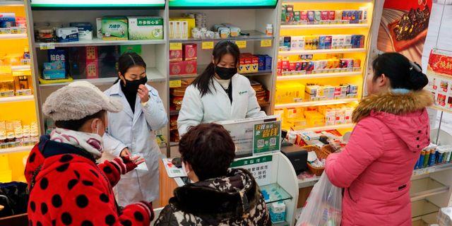 I Wuhan tillåts kunder bara köpa en mask i taget.  Dake Kang / TT NYHETSBYRÅN