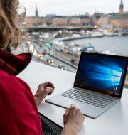 Kvinna med Microsoft Surface Book.  Christine Olsson/TT / TT NYHETSBYRÅN
