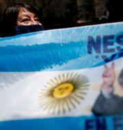 Kvinna demonstrerar i Buenos Aires. Natacha Pisarenko / TT NYHETSBYRÅN