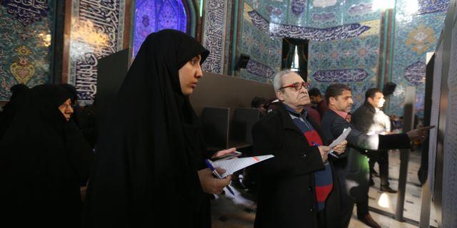 Iranier köar i en vallokal.  ATTA KENARE / TT NYHETSBYRÅN